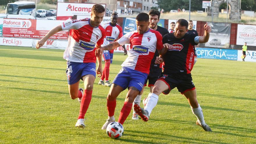 El Estradense se despide del play-off con un empate sin goles en A Lomba ante un Arosa que acabó jugando con 9