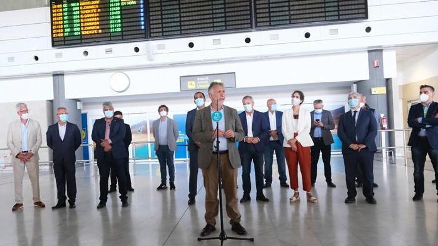 Desescalada en Canarias| Torres asiste al acto de recibimiento a los primeros visitantes que llegan a Fuerteventura