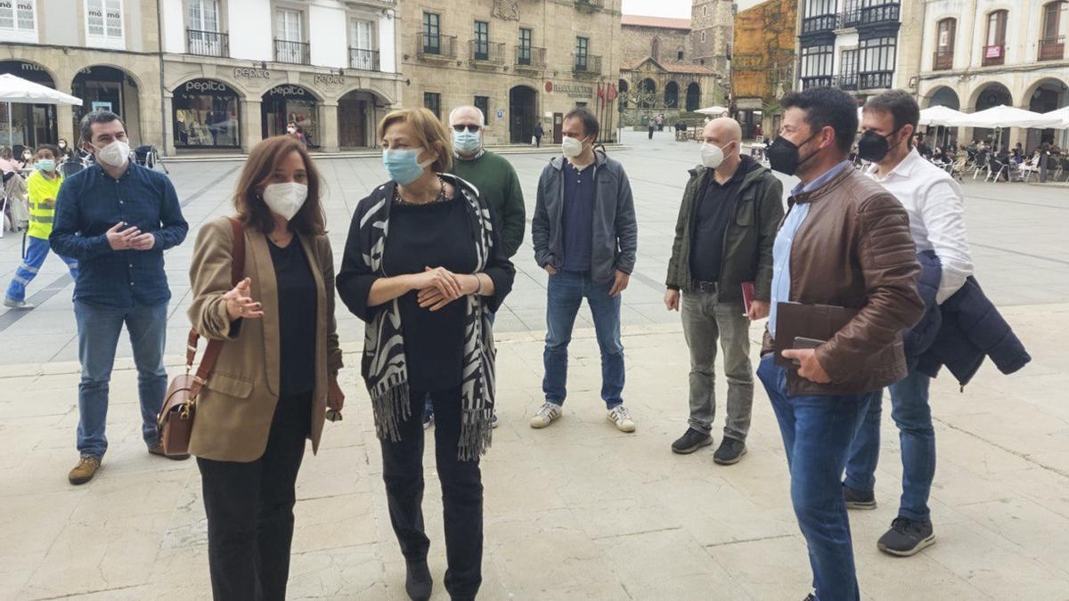 La alcaldesa Inés Rey con su homóloga en Avilés, Mariví Monteserín, junto a los representantes de los trabajadores de Alú Ibérica.