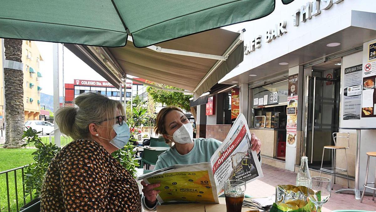 Leer el periódico, aunque haya sido usado por otra persona, es una práctica segura