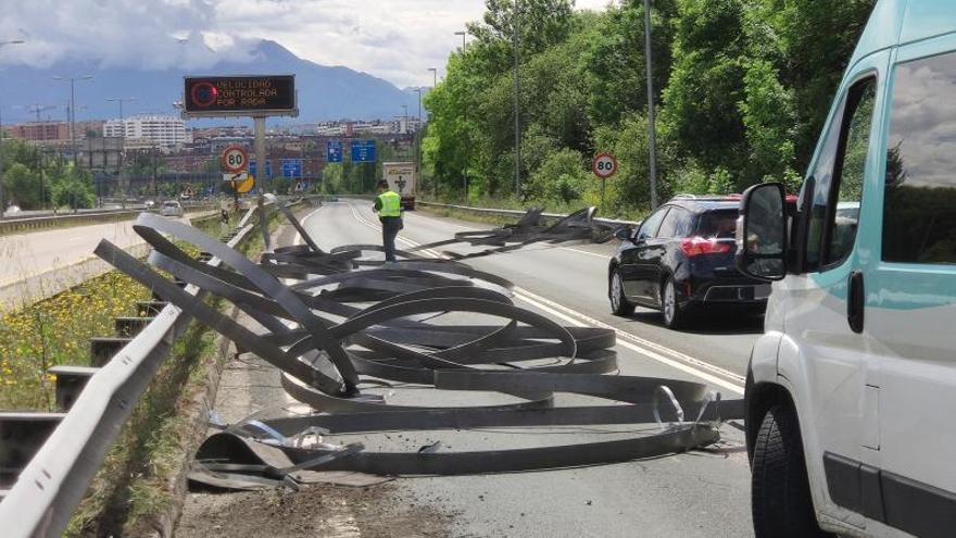 Atasco kilométrico en el acceso a Oviedo por la Autopista tras caer la carga de un camión