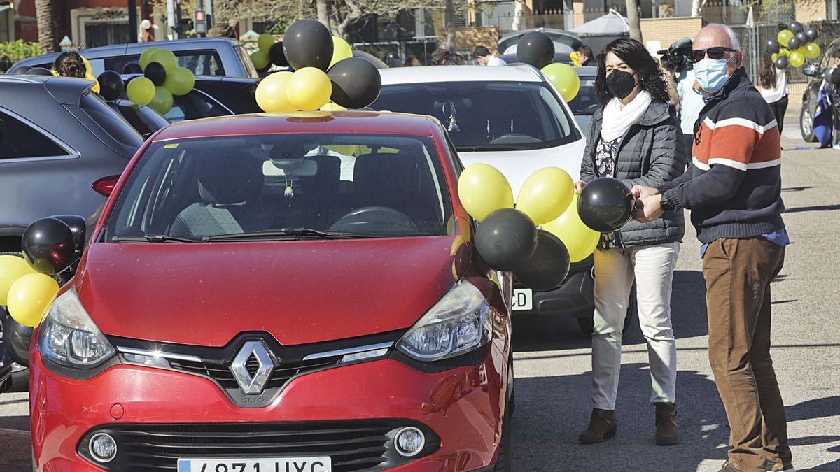 Globos negros y amarillos y carteles con el número de años como interinos adornaban los coches. | EDUARDO RIPOLL