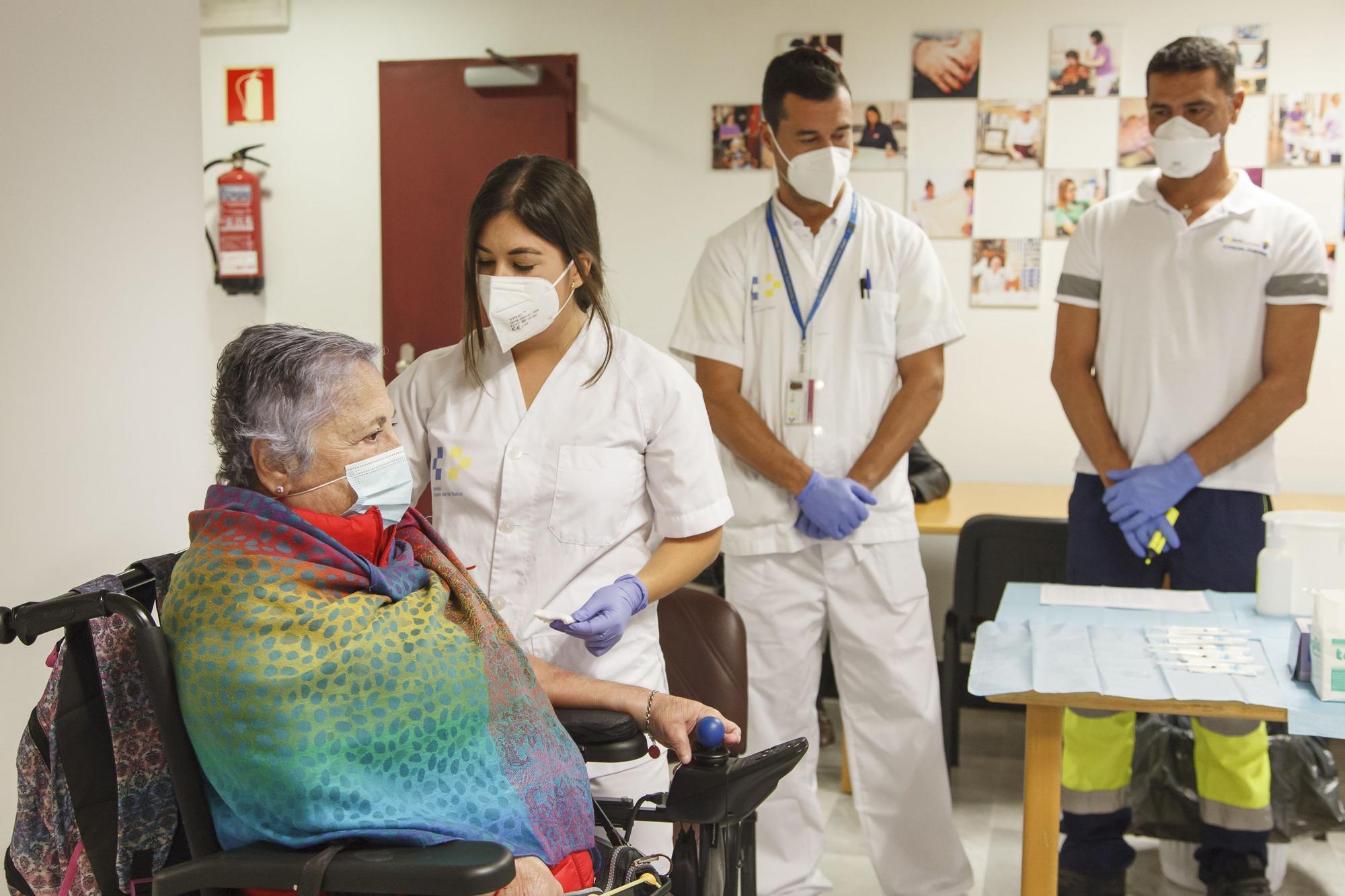 Administran la segunda dosis de la vacuna en Gran Canaria