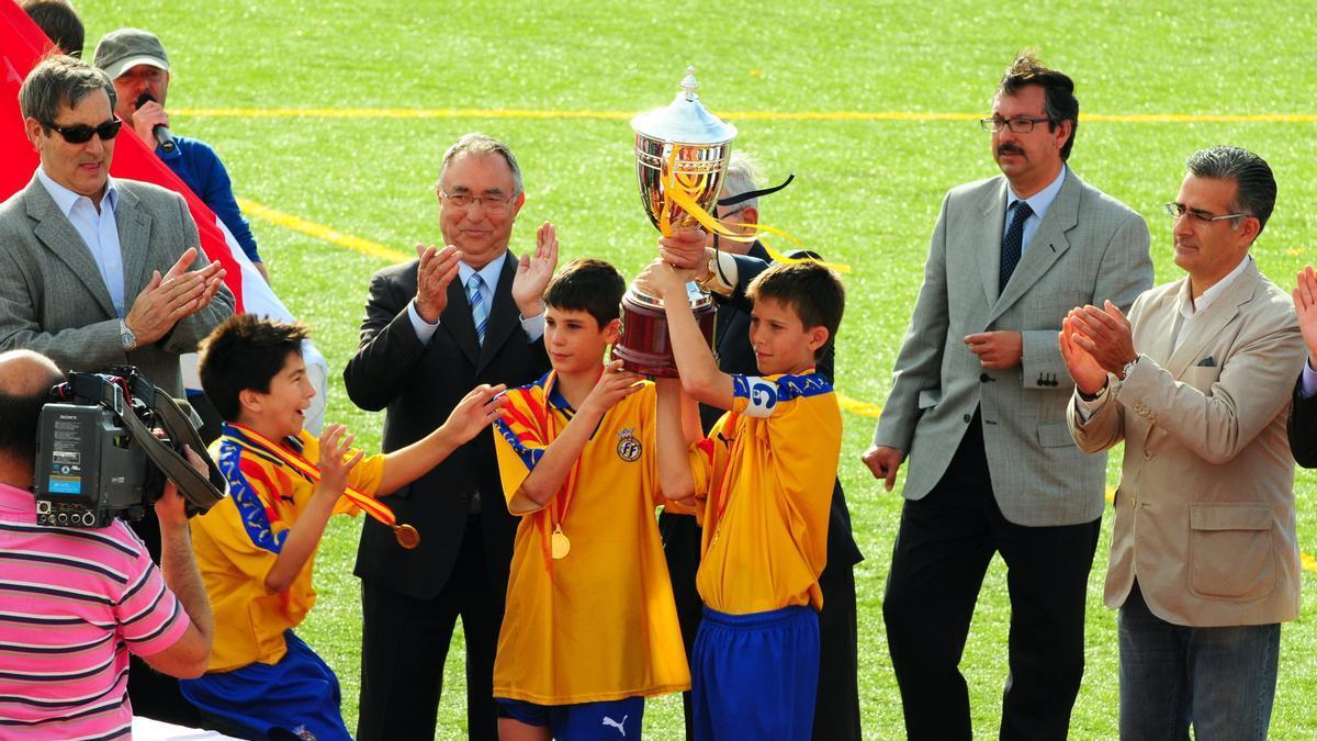 Pau Torres y Jaume Grau junto a Carlos Soler.
