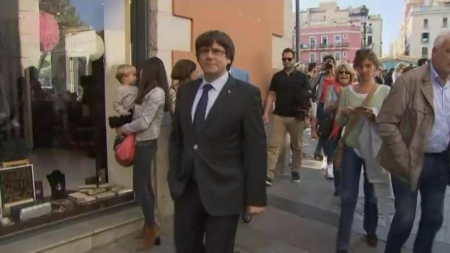 Puigdemont pasea por Gerona entre aplausos