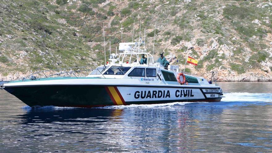 Rescatadas cinco personas en Ibiza tras hundirse su velero y pasar la noche amarrados a unas rocas
