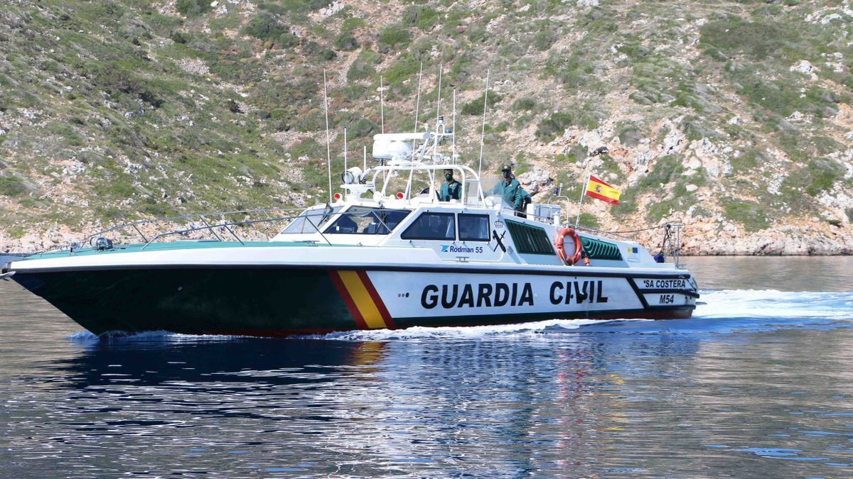 Una lancha de la Guardia Civil rescató a los cinco tripulantes.
