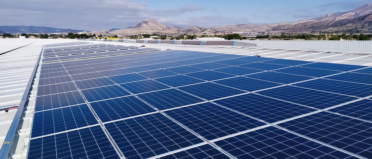 Las placas solares que Hipeber ha instalado en su plataforma logística.