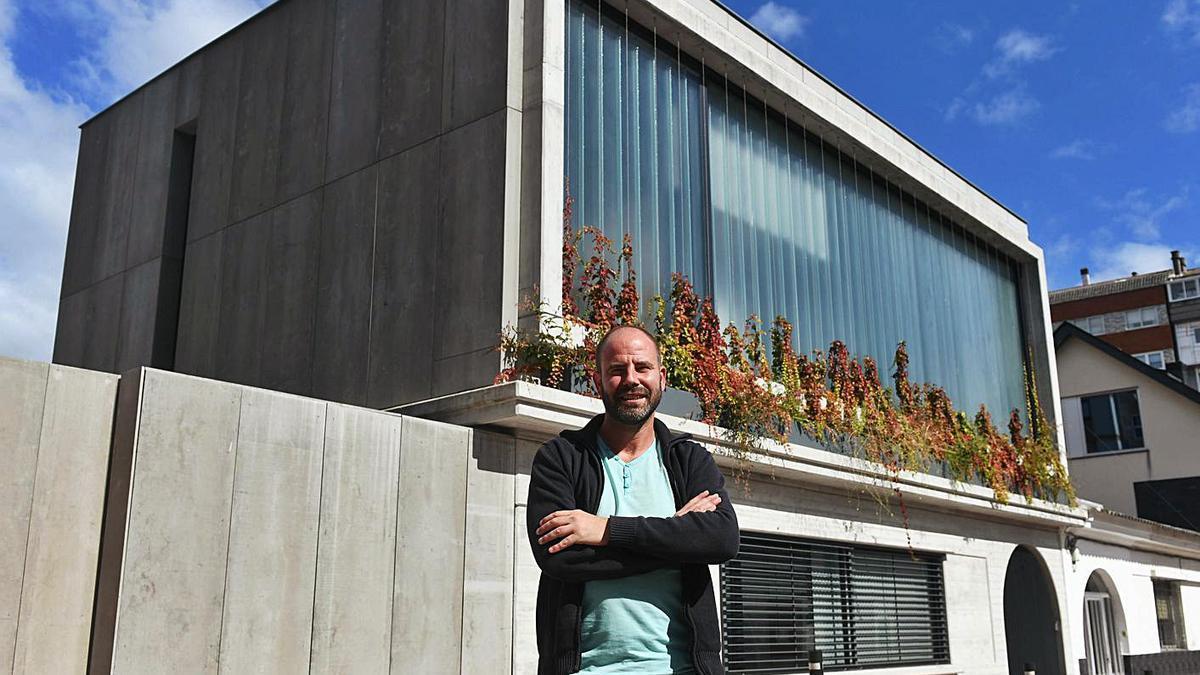Óscar Pedrós, con la vivienda que diseñó en la Colonia de Casas Baratas Juan Canalejo.