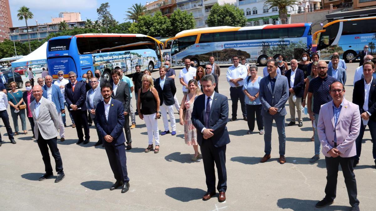 Foto de família de la presentació dels busos de la campanya per atraure turisme de proximitat a les comarques gironines