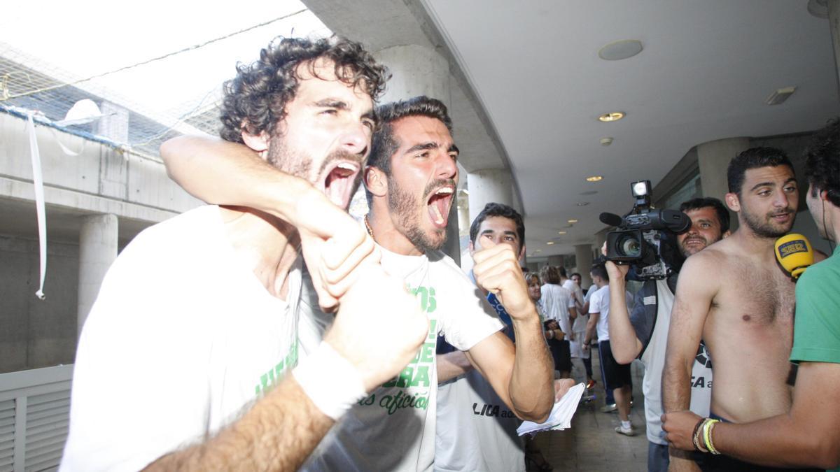 Bernardo y Fran Cruz, en los interiores del Gran Canaria, celebran el ascenso del Córdoba CF, el 22 de junio del 2014.