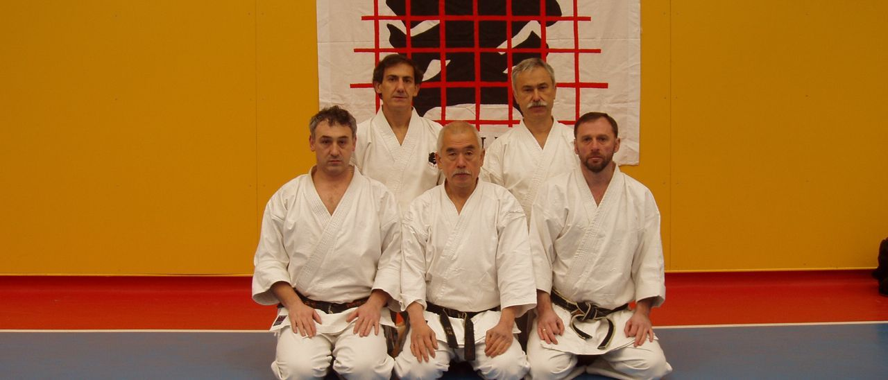 Hiromichi Kohata, en el centro de la imagen, rodeado de discípulos.