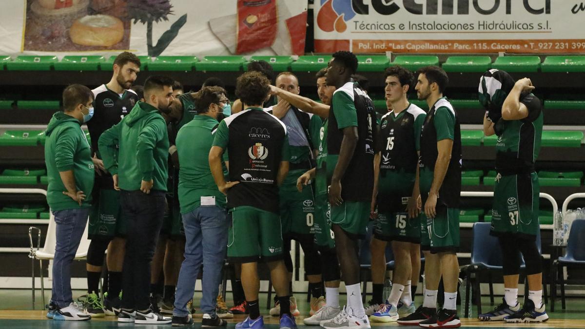 Los jugadores del Cáceres atienden las indicaciones de Roberto Blanco durante el partido ante el Coruña.