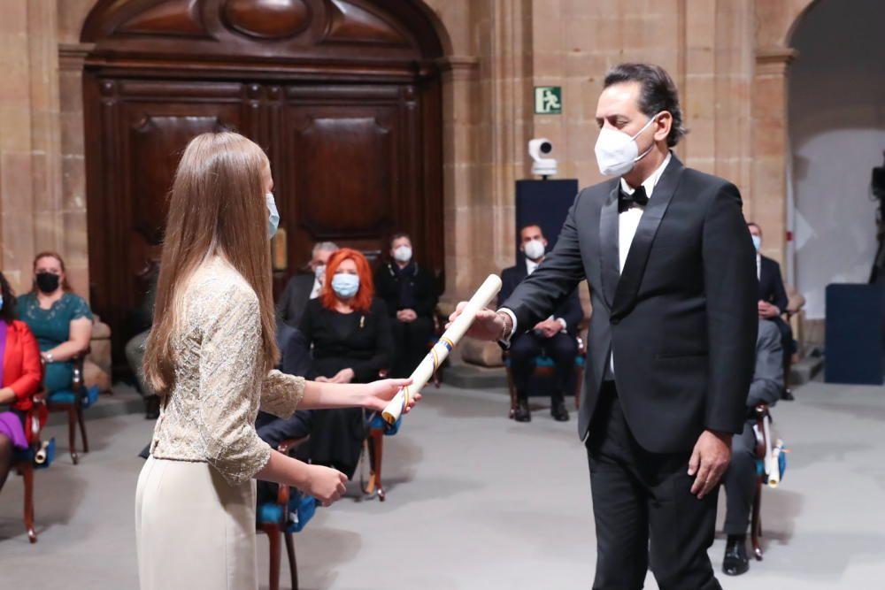 Andrea Morricone recoge el diploma de manos de la Princesa.
