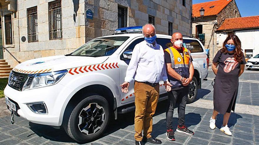 El Concello de Vilanova hace entrega de un nuevo vehículo a Protección Civil y recupera el autobús gratuito al Hospital do Salnés