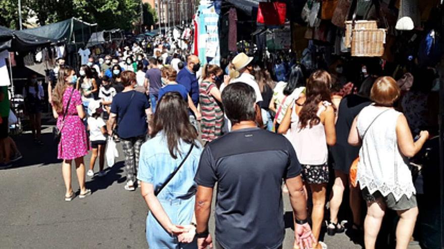 La masiva afluencia de visitantes en los mercados de ropa y de verduras