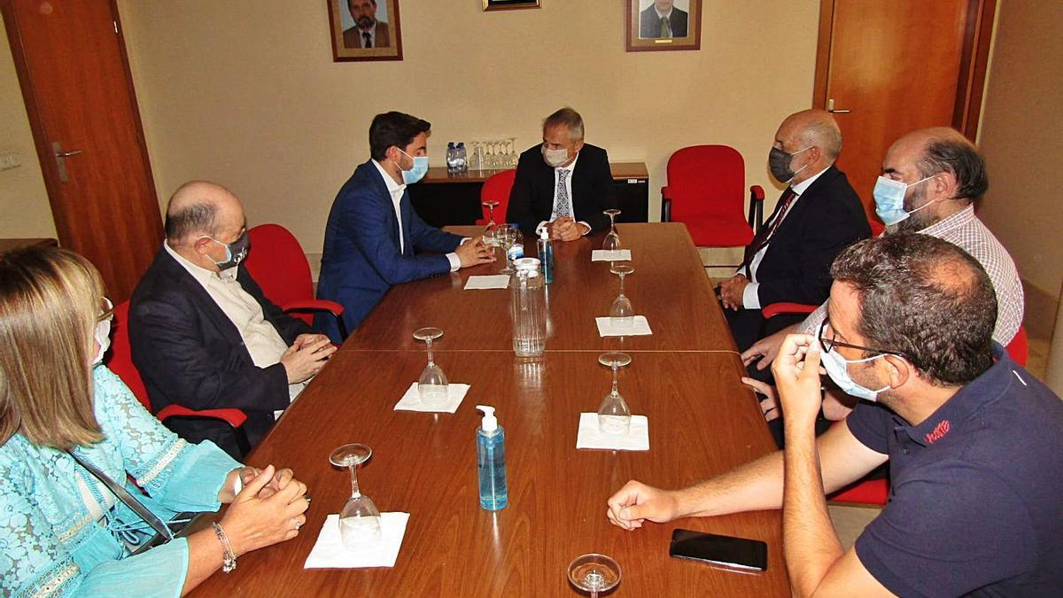 Un momento de la reunión del rector de la USAL con representantes de la Escuela Politécnica.