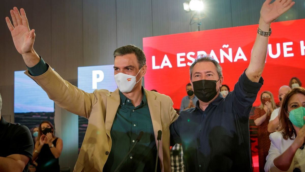 El secretario general del PSOE y presidente del Gobierno, Pedro Sánchez, junto al nuevo líder del PSOE andaluz, Juan Espadas.