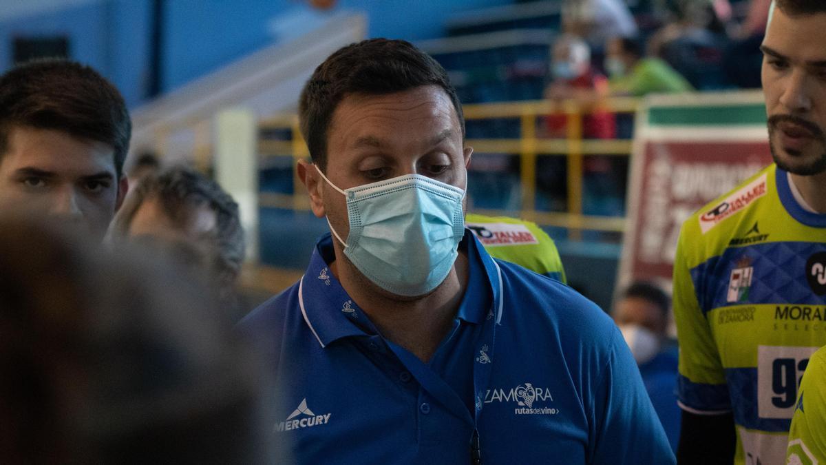 Ricardo Margareto arenga a sus jugadores durante un tiempo muerto