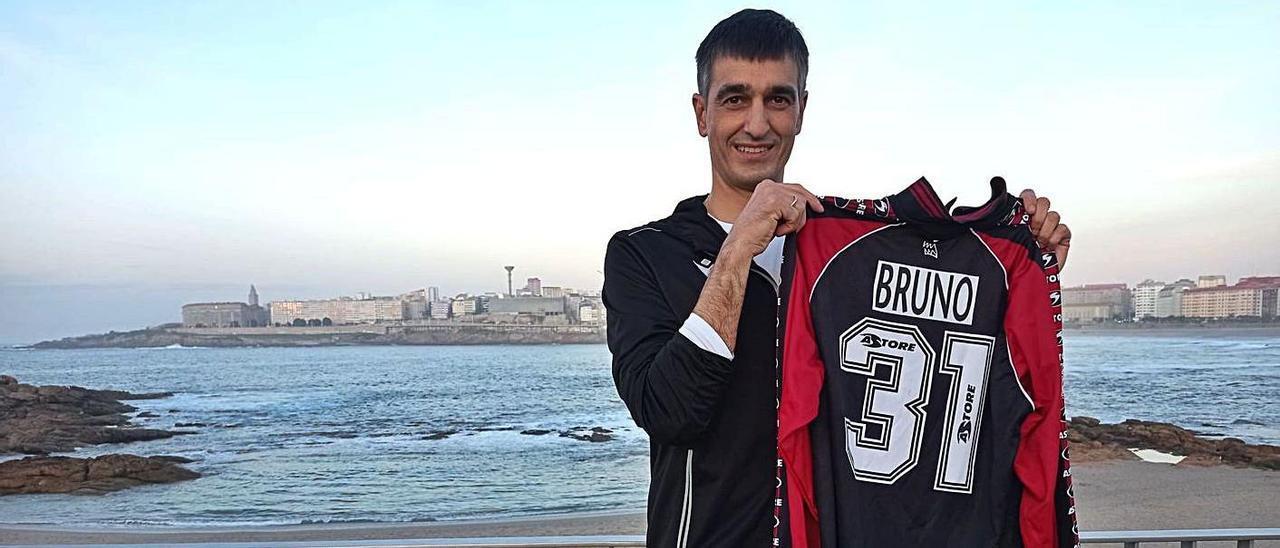 Bruno, con la camiseta con la jugó en el Sporting, delante de la playa de Riazor en La Coruña.
