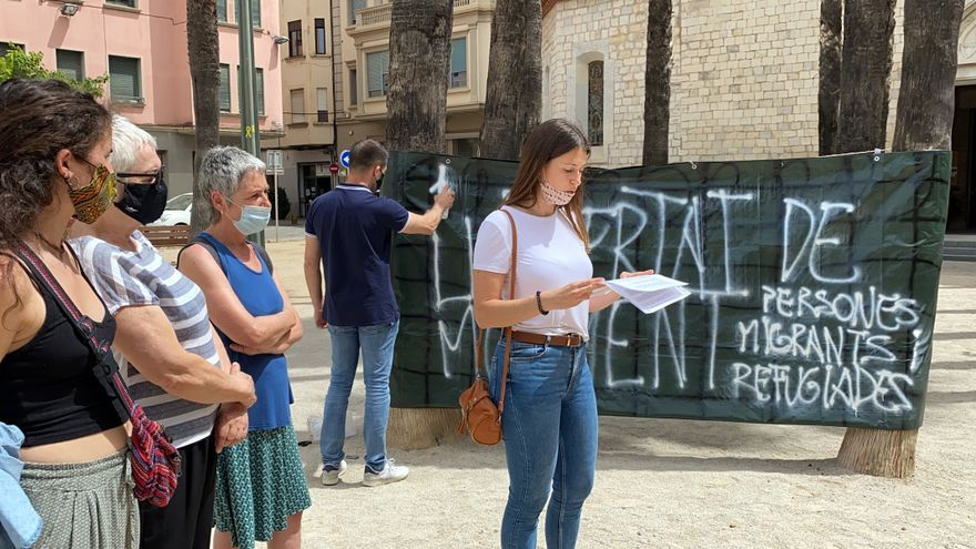 """Girona Acull fa una acció per reclamar llibertat de moviments per a migrants i refugiats: """"Volem ser refugi"""""""