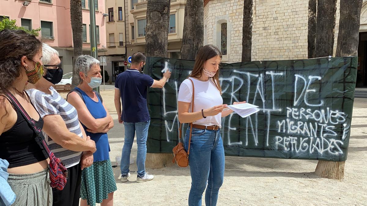 Acció de Girona Acull per reclamar la llibertat de moviment per a persones migrades i refugiades. Foto del 20 de juny del 2021 (horitzontal)