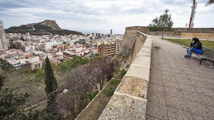 Una pasarela con aires de mirador para acceder al castillo de San Fernando
