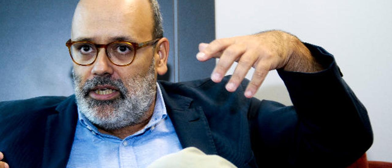 El vicepresidente segundo del Cabildo grancanario, Juan Manuel Brito, en un momento de la entrevista con LA PROVINCIA en su despacho.