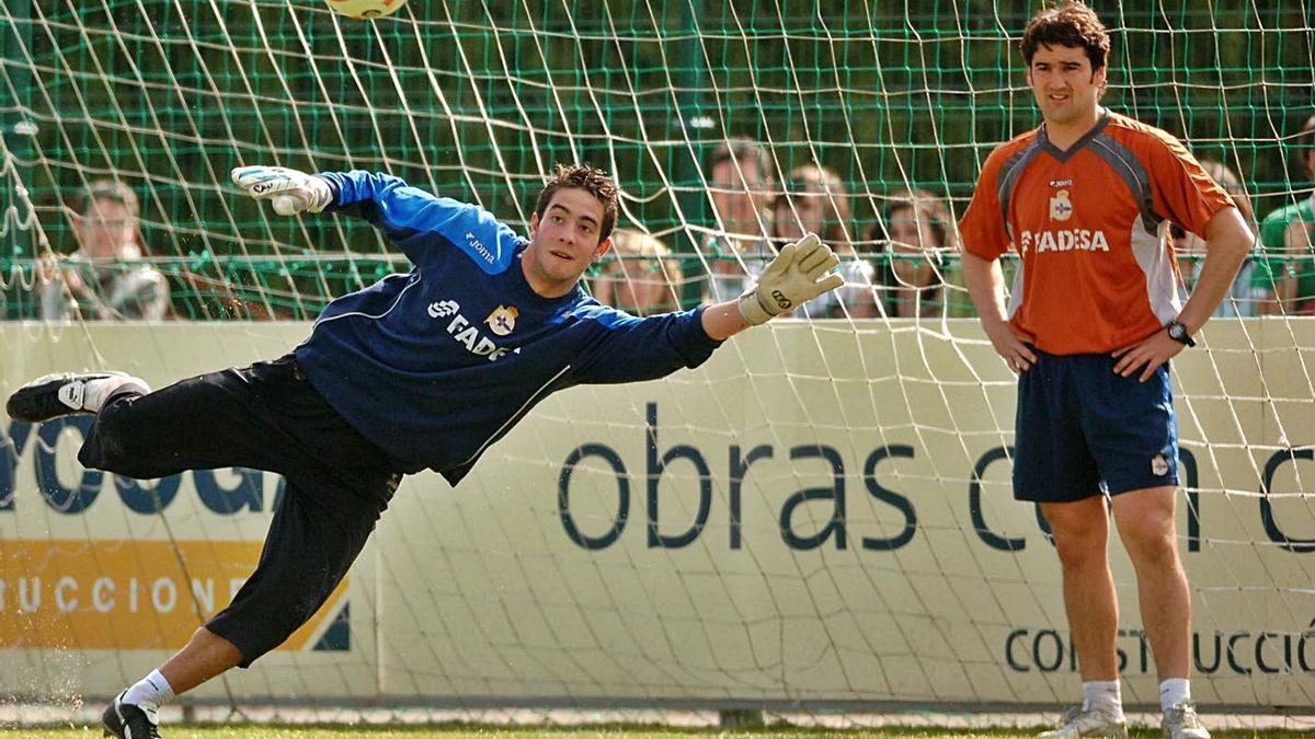 José Sambade sigue un entrenamiento de Ian Mackay en Abegondo en 2006. |  // CARLOS PARDELLAS