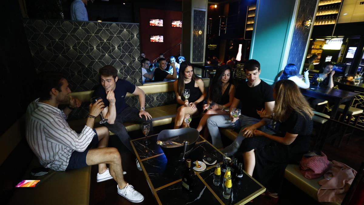 Un grupo de jóvenes, en el bar Gabana, en junio de este año.