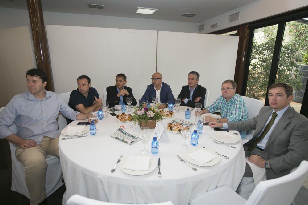 De izquierda a derecha, Germán López, Joaquín Torres y Francisco Durá (miembros de la Asociación por la Regeneración del Elche CF); Miguel Quintanilla (vicepresidente de INECA); Francisco M. Román (consejero delegado de Romautos); Carlos Valdés (abogado); y Armando Sala (presidente de EDI).