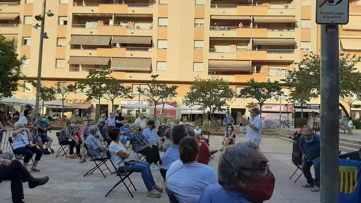 """L'assemblea, celebrada divendres passat a la plaça de Santa Eugènia, o pl. del """"barco""""."""