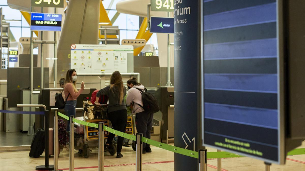 Viajeros facturan su equipaje en el aeropuerto de Barajas.