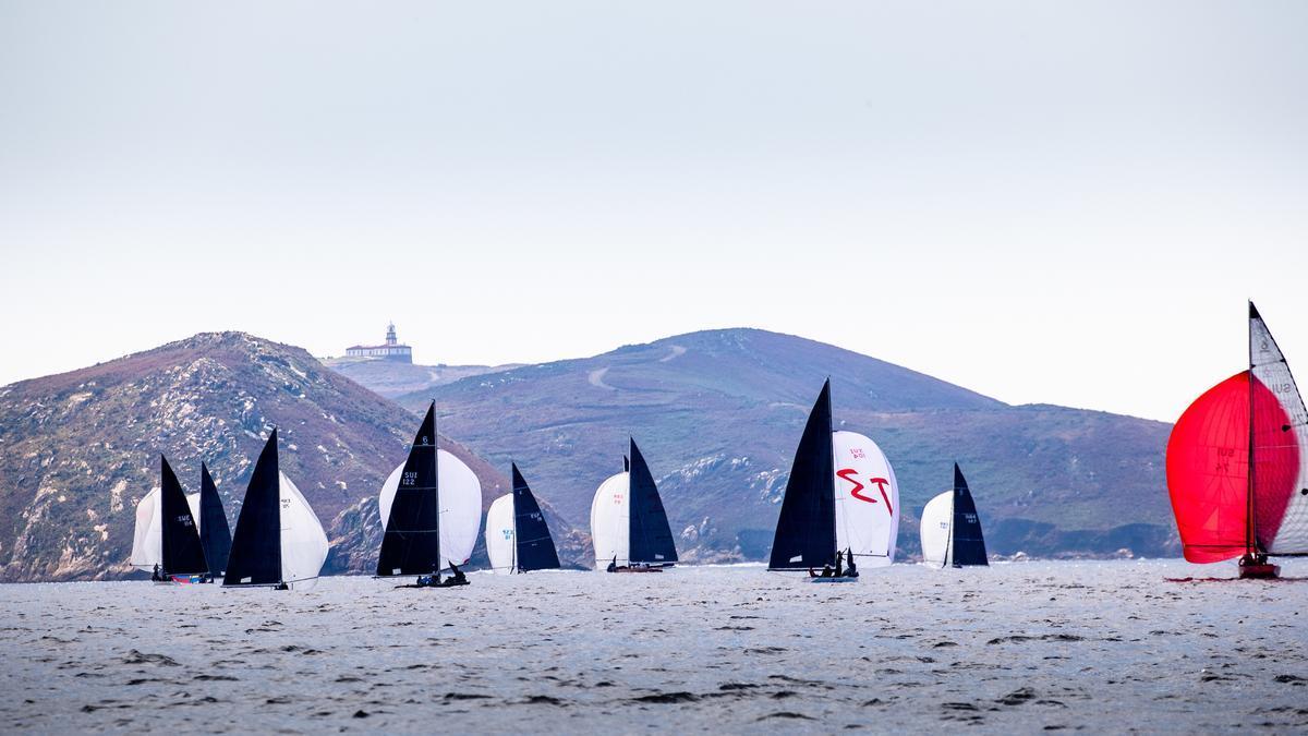 La flota de Open, compitiendo en la ría de Pontevedra.