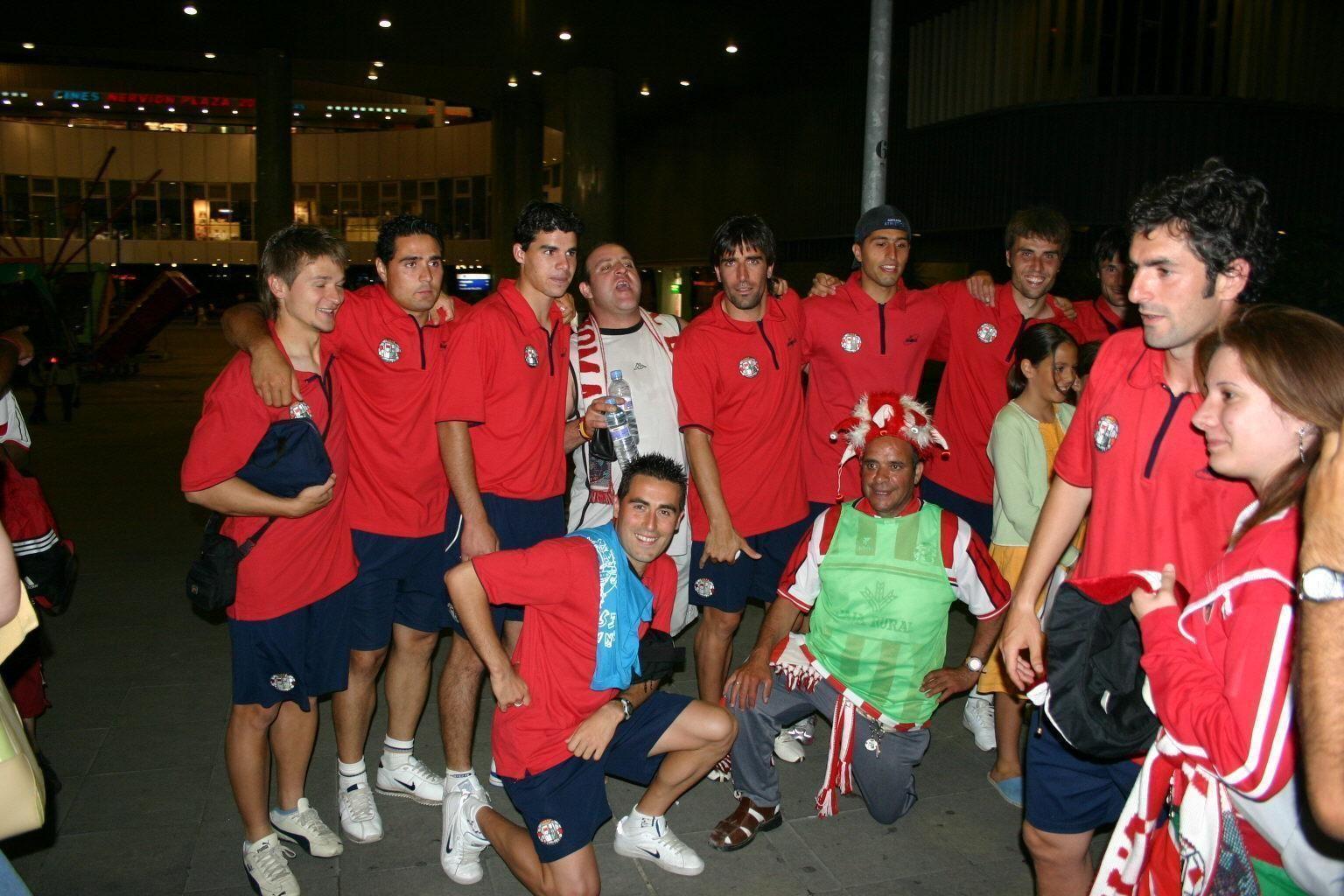 5. Los jugadores posan con un grupo de aficionados tras eliminar al Sevilla B.