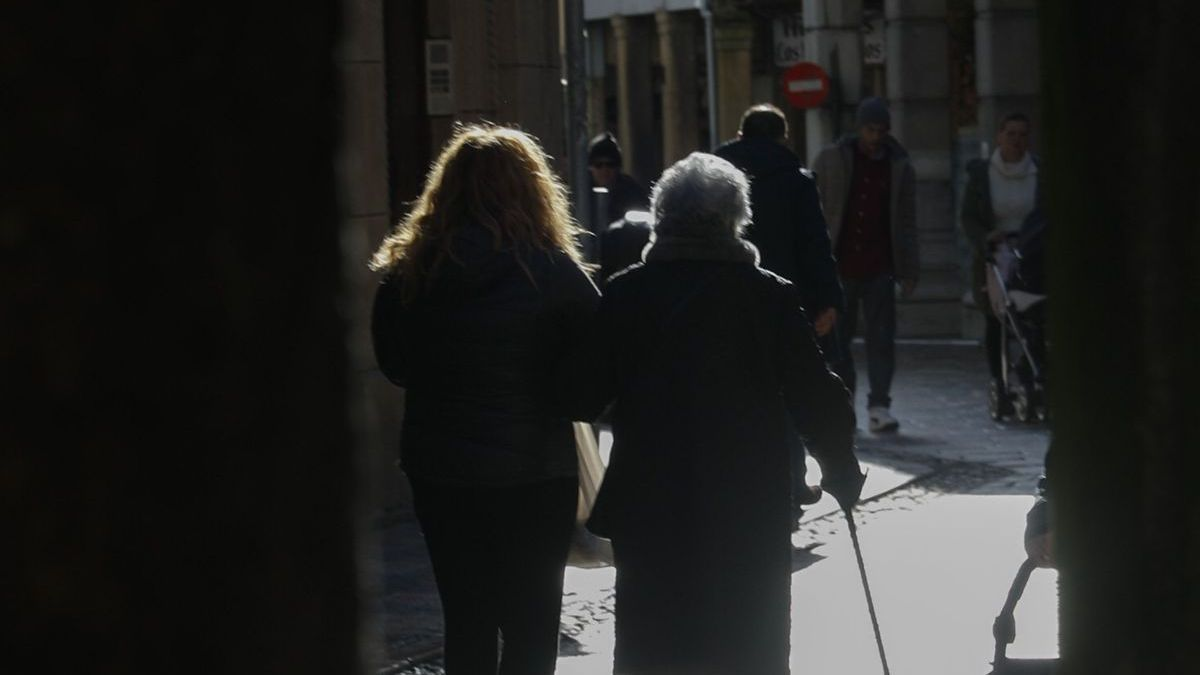 Dos mujeres pasean por la calle Rivero.