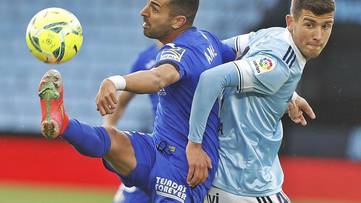 Carlos Domínguez intenta evitar el remate de Ángel, delantero del Getafe en el partido del pasado domingo. // RICARDO GROBAS