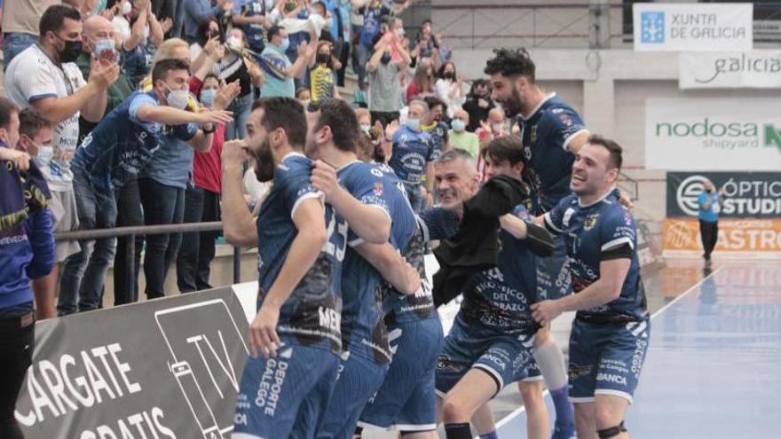 La plantilla del Cangas festeja con sus aficionados el último triunfo en el pabellón de O Gatañal.    // SANTOS ÁLVAREZ