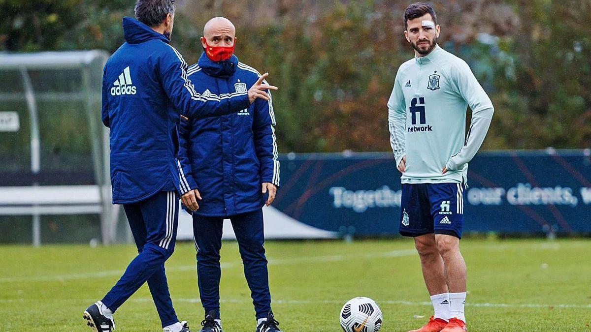 Luis Enrique da instrucciones en el entrenamiento de la selección española junto a Gayá.