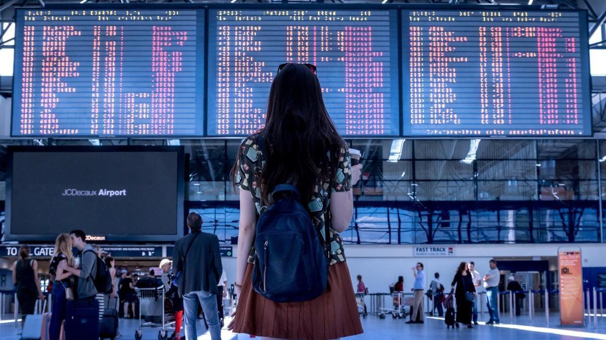 Una dona en un aeroport