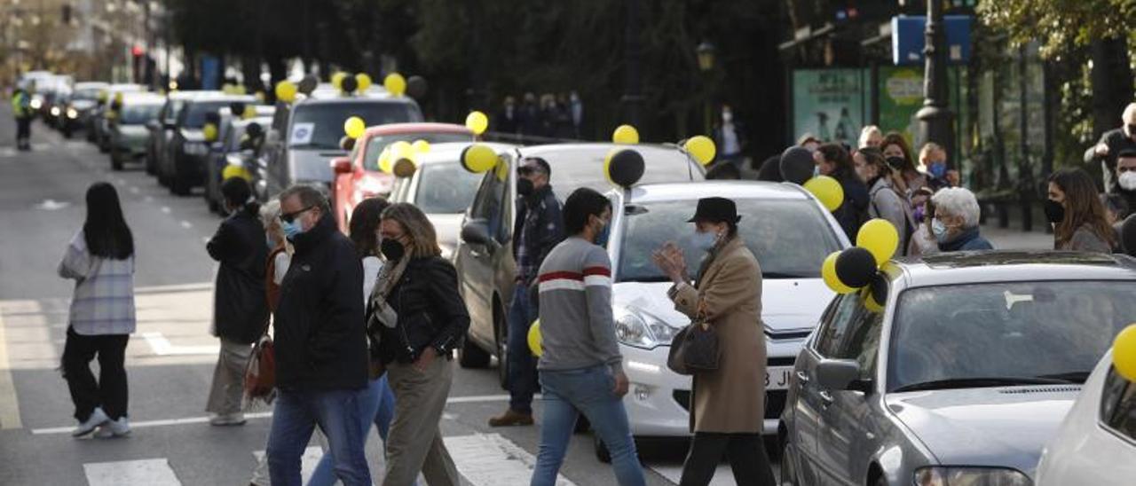 Caravana de interinos, en una de sus movilizaciones en Oviedo. | L Murias