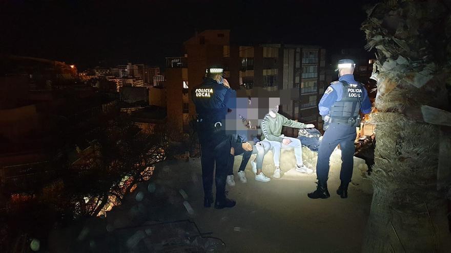 La Policía Local disuelve un botellón en el castillo de San Fernando y sanciona a cinco establecimientos en Alicante