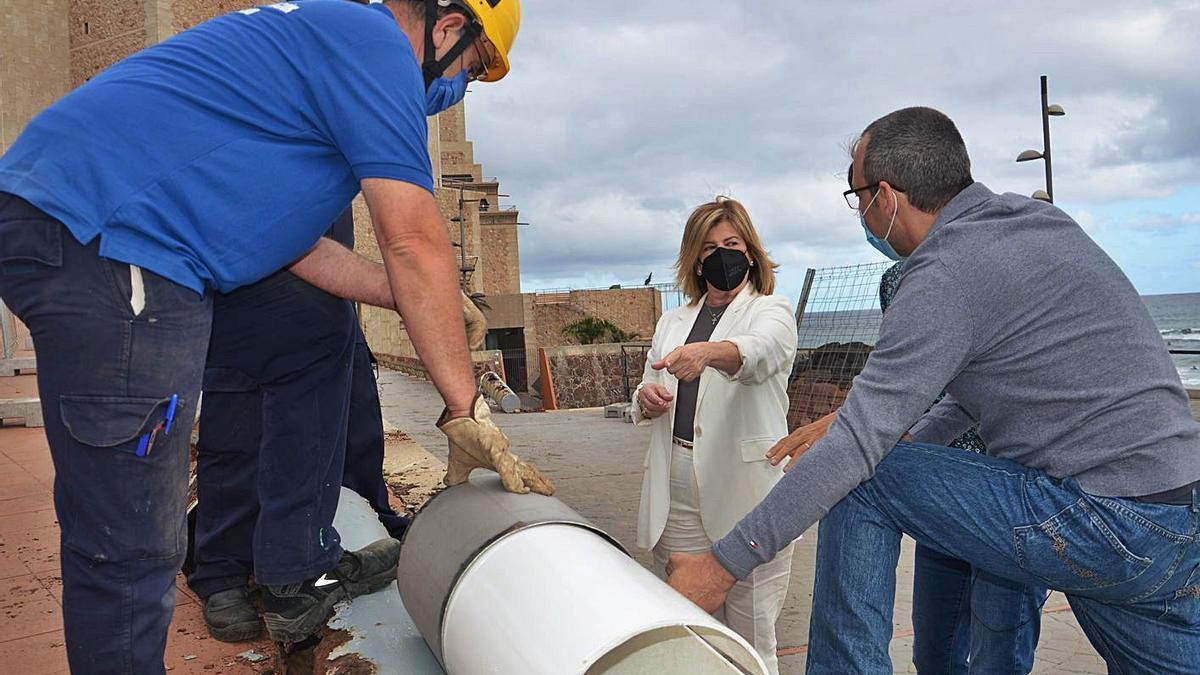 Inmaculada Medina, con empleados del servicio municipal de obras, junto al Alfredo Kraus. |