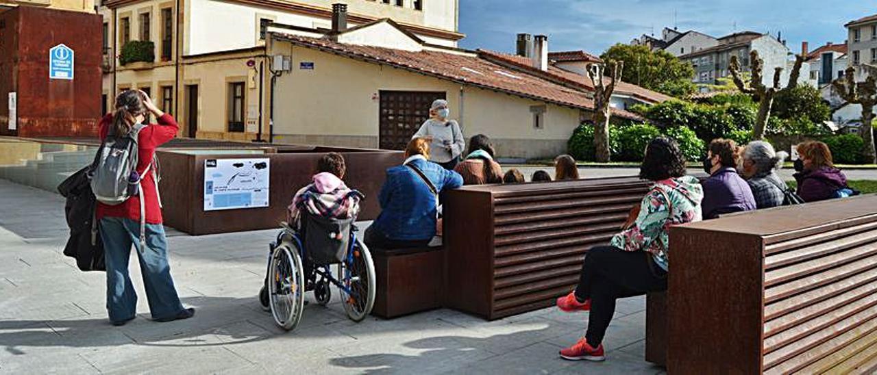 Asistentes a la ruta guiada organizada ayer en Villaviciosa. | O. P.