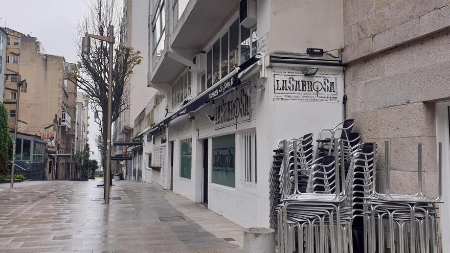 Calle del casco vello de Vigo, vacía y con los bares y restaurantes cerrados