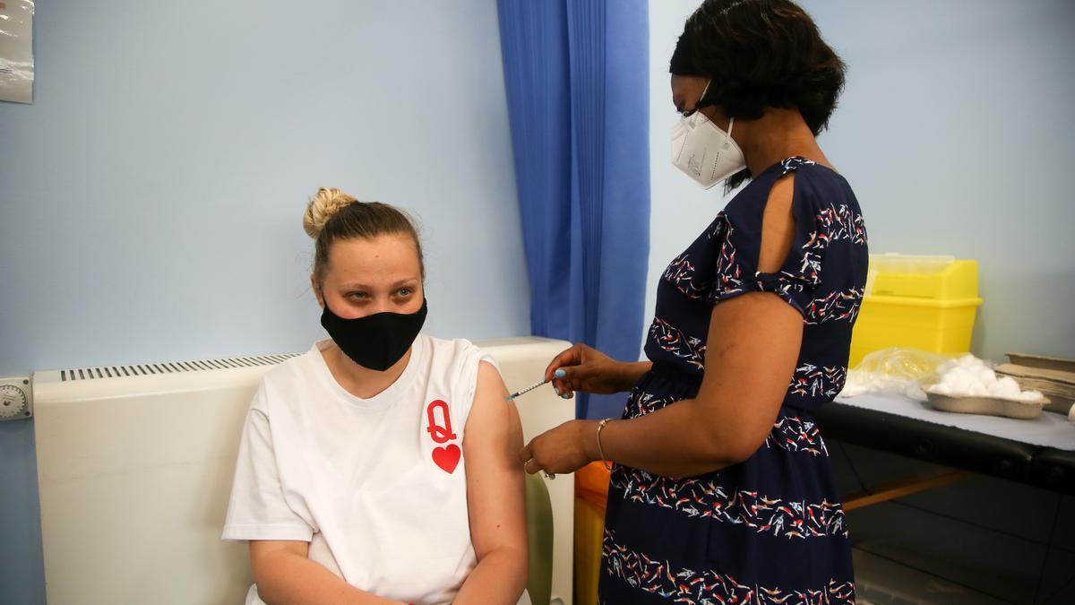 Una británica recibe la vacuna, en Londres.