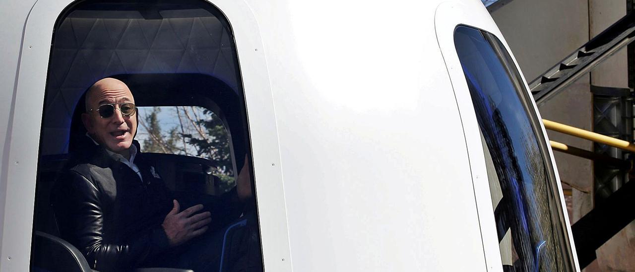 Jeff Bezos, en la nave que lo llevará al espacio.