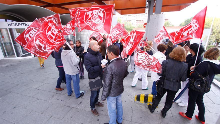 Concentración de protesta de los trabajadores de limpieza de los hospitales de Zamora