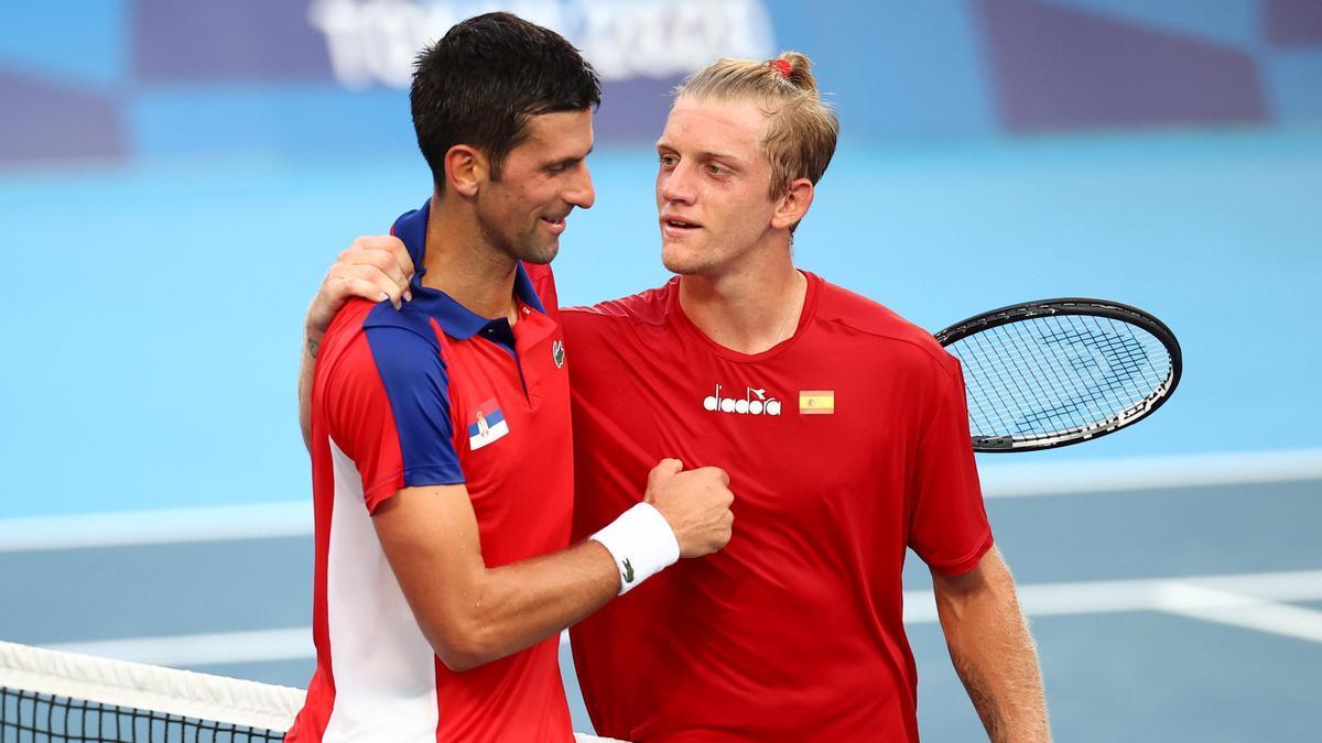 Djokovic saluda a Alejandro Davidovich.
