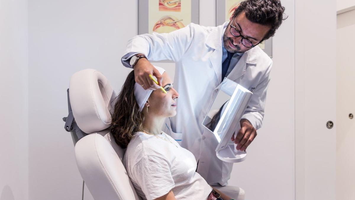 El Doctor Álvaro Villoria, en las instalaciones de la clínica.